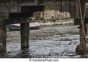 木製の橋, 川, 下に
