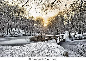 木製の橋, 雪, 下に