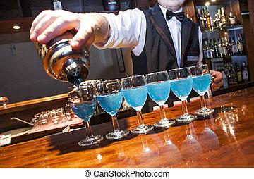 横列, いいえ, barman, barman., bartrender, 振りかけ式容器, relase., ガラス, 手, バー, 必要性, 青, 分解しなさい, 目に見える, たたきつける, カウンター, 有色人種, モデル, 飲み物