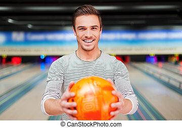 確信した, ボール, に対して, 細道, 伸張, 若者, ボウリング, 朗らかである, 微笑に立つこと, creative., から, 間