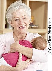 祖母, 抱きしめること, 孫娘, 家