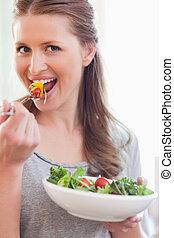 終わり, サラダ, 微笑の 女性, の上, 食べること