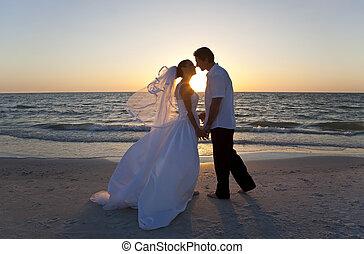 結婚されている, &, 恋人, 花婿, 花嫁, 日没, 結婚式, 接吻, 浜