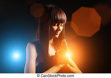 美しい女性, 祈ること
