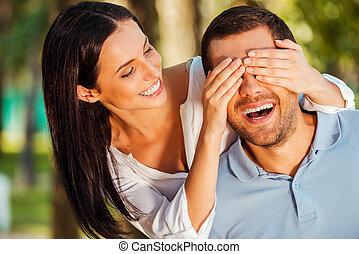 美しい, 両方とも, 誰を推測する?, 彼女, カバー, 若い, 地位, 間, 女, 屋外で, 微笑, 目, ボーイフレンド