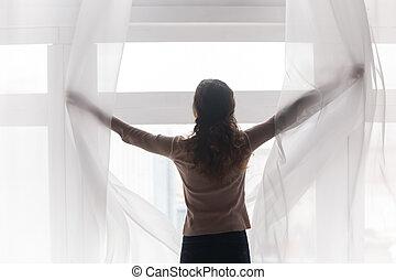 若い, 後部, 幸せな女性, curtains., 開始, 光景, ライト, 背中