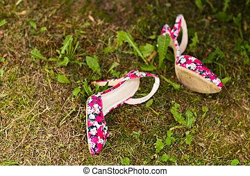 草, 靴, ピンク