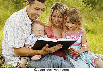 読書, 聖書, 若い 家族, 自然