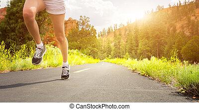 足, スポーツの靴, 道, sunrise.