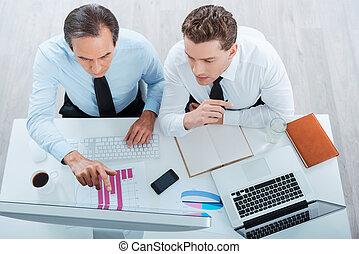 集中される, 仕事, ビジネス 人々, 上, モデル, 2, formalwear, 見る, 間, コンピュータ, 場所, 一緒に。, 見つけること, 光景, 解決