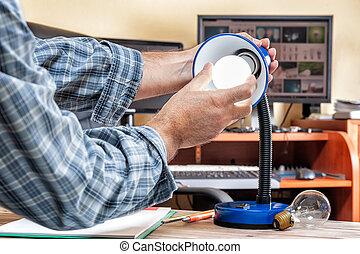 電気技師, installs, 仕事, energy-saving, 技術者, 新しい, リードした, bulb.