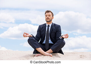 青, 保持, 彼の, モデル, ロータス, 瞑想する, 中, 空, 若い, に対して, 間, soul., 砂, 冷静, ビジネスマン, ポジション, ハンサム
