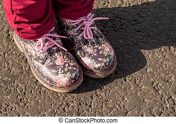 autumn., childs, 花, 靴, スペース, isolated., 春, 印刷, 灰色, ブーツ, ∥あるいは∥, 背景, ファッション, 歩くこと。, 対, 革, 女の子, コピー, 子供, 外部。