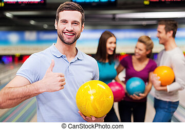 game!, 男性, 保有物, 人々, 3, 細道, ボウリング, ハンサム, ボール, 間, 偉人, 親指, に対して, コミュニケートする, の上, 若い