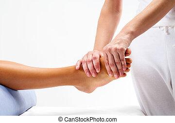 reflexology, 女性, 物理療法家, foot., マッサージ