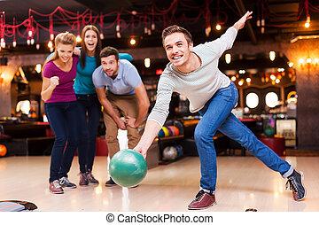 winner., ボール, 男性, 人々, 彼, 元気づけること, 投げる, 若い, ボウリング, ハンサム, 3, 間